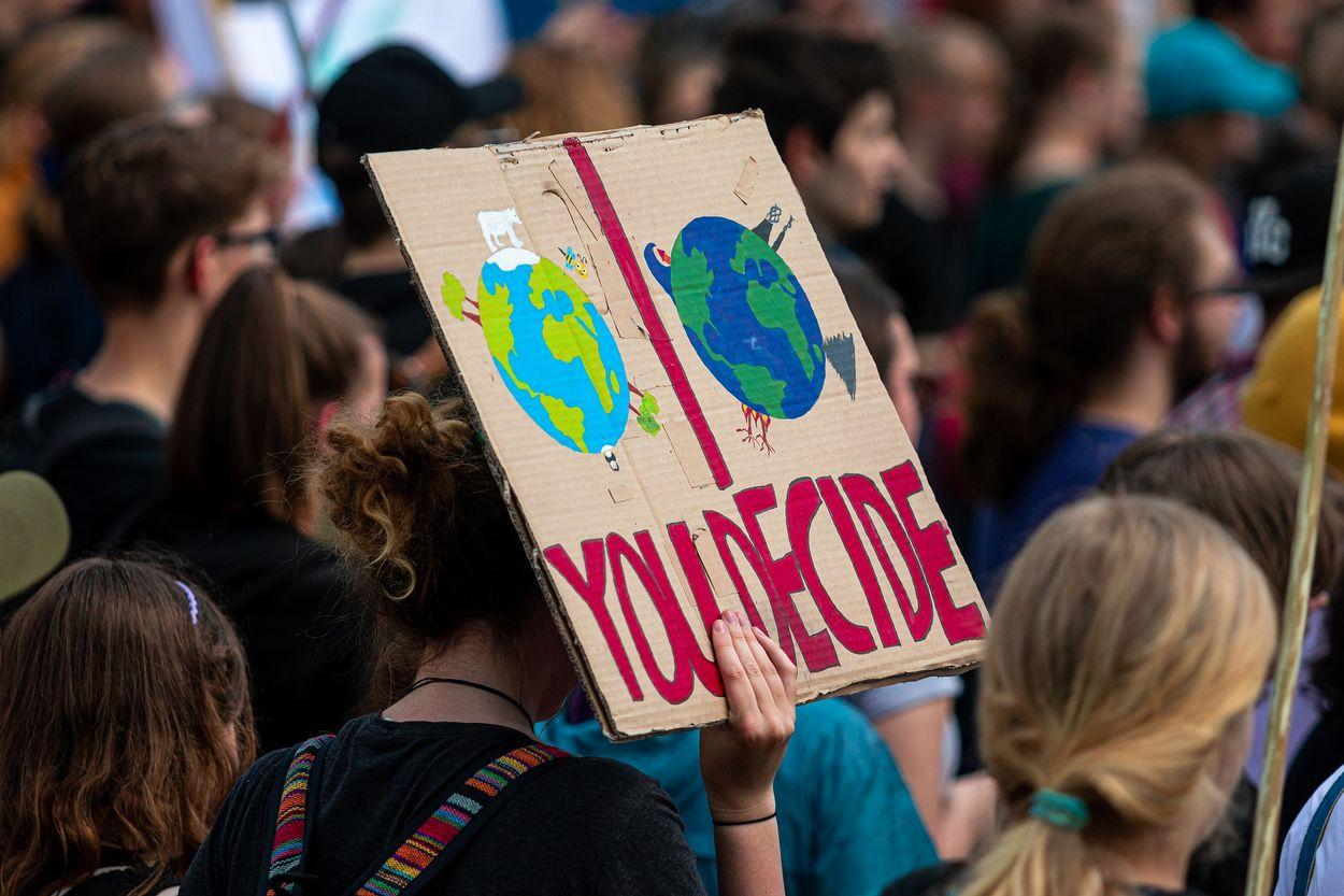 Afbeelding van Klimaatactivisten lijmen zich vast bij kantoren