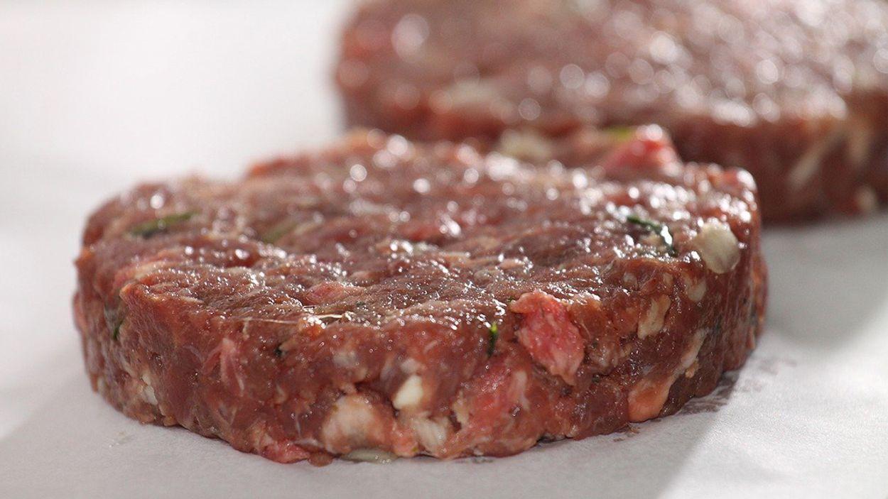 Afbeelding van 'Van Limburgs kweekvlees gemaakte burger in 2023 in winkel'