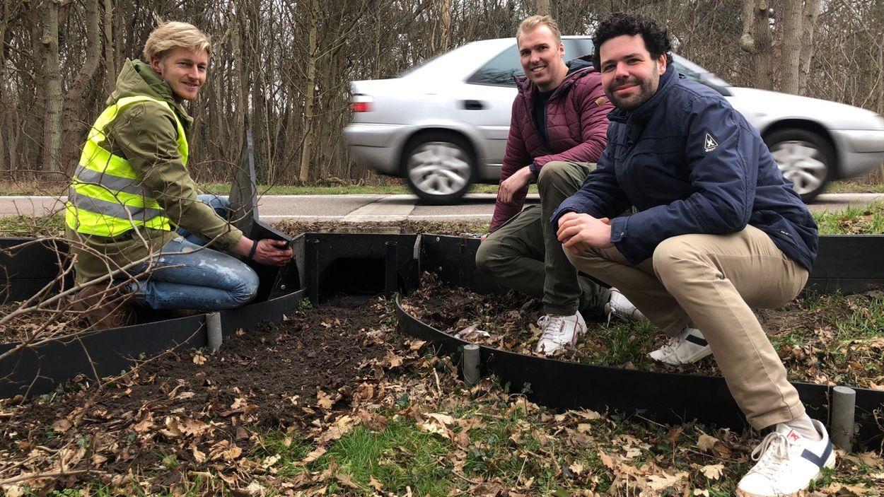 Mark van Heukelum, Nick Visser en Thijs Franssen (vlnr) bij een paddentunnel in Castricum